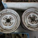 Es hat sich ein Satz originaler 4,5x13 Stahlräder eingefunden, welche wir restaurieren