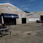Am Nachmittag auf dem Heimweg, kurz vor Bibury: Hinter meterhohen Hecken versteckt, ein alter Hangar und neue Gebäude