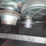 Die Riemenscheibe wird probemontiert, der starre Kühlerventilator passt durch die Riemen des Laders nicht mehr, muss also auf elektrisch umgerüstet werden. Die Riemenscheibe ist aus viel zu schwerem Grauguss und wird noch neu aus Alu angefertigt