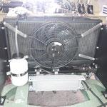Der Ventilator ist fertig montiert und verdrahtet. das Relais sitzt rechts am Luftleitblech, welche aus Alu verbaut wurden