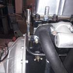 Ein neues Edelstahlwasserrohr wird eingebaut, hier ändern wir die Position der Befestigungslasche, diese wird normal mit der Zylinderkopfmutter gehalten, nicht optimal...