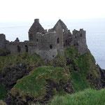 deshalb wurde die Burg dann aufgegeben und die Mc Donnells bauten Glenarm Castle an der Ostküste