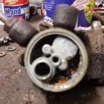 So sieht eine Benzinpumpe von innen aus, wenn das Auto nie benutzt wird....alles voller Schmodder und Ablagerungen. Ich werde diese auch instandsetzen, da es noch die Originalpumpe aus 1970 ist