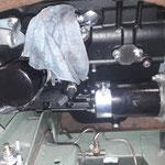 Dann kann endlich auch der Anlasser montiert werden. Wir verwenden ausserdem den bewährten Bosch Ölfilter mit Rücklaufsperre