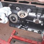 Diverse Anbauteile werden verbaut, das Ritzel des Verteiler / Ölpumpenantriebs wird eingebaut, die Öffnung der Spritpumpe wird verschlossen, da wir eine elektrische verwenden