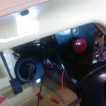 Warnblinkanlage eingebaut, darüber eine Kontrolleuchte aus den 60ern von Hella, fürs Overdrive