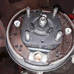 Die Bremse hinten wird komplett neu, unter Verwendung von extra angefertigten Bremsbacken mit besserem Reibwert und Borg und Beck Radbremszylindern