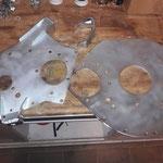 Die Motorplatten sind fertig gestrahlt und neu verzinkt