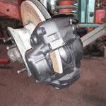Der MK2 hat noch die kleine 12er Bremse vorne, wir probieren einen 14er Sattel vom MK3, da die Bremse der Leistung angepasst werden soll und die Auswahl der Bremsklötze deutlich besser ist