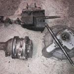man sucht sich ein Getriebe zusammen, das originale fehlt. Die Aluglocke war beim Herald standard, wir benutzen ein 3synchrogetriebe aus einem MK1 Spitfire und ein D-Overdrive, welches schon einige Jahre herumliegt