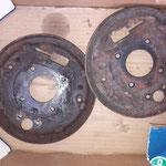 Es werden zwei Bremsankerplatten aus dem Regal aufgearbeitet