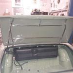 Der Kofferraumdeckel wird montiert, die Gestängeteile wurden auch vom Vorbesitzer verchromt, allerdings musste ich ein wenig ausbessern, da die Teile am rosten waren