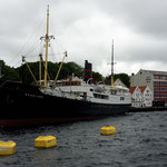 und die Rogaland, ein Heringsdampfer von 1894, welcher nach einer Kollision mit einem anderen Schiff schon einmal versenkt war, gehoben wurde und wieder instandgesetzt ist