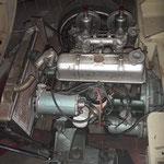Die Maschine ist offensichtlich tatsächlich der Originalmotor und weitgehend komplett:  Edit am 12.11.18: Der Motor ist ein Tauschteil und deutlich älter als das Auto, wie wir mittlerweile wissen
