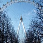 ロンドンアイを下からみると。