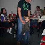 Kilian und Papa kämpfen um ihre Geschenke