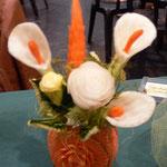 Bouquet 5 à 6 fleurs dans vase en potiron sculpté - 40 €