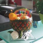 Panier en pastèque rempli de  boules de melon - 55 €