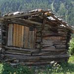Hier in ihrem Zustand vor der Totalsanierung  2018. Das baufällige Dach der in die Jahre gekommenen Scheune Wigguhüs wurde 2018 durch die Initiative der Kulturkommission der Gemeinde Zermatt renoviert