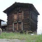 Typischer Speicherbau, hier im Weiler Blatten ob Zermatt: aufgestelzt, separater Eingang für jeden Besitzer, verschliessbare Türen, dicht gezimmerte Wände.