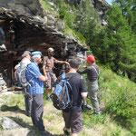 Wie ein Balme unter dem Fels: Pause unserer Arbeitsgruppe während des Erarbeitens des Kulturweges beim Gädi unter der Lengu Flüe (Juni 2017). Als Baumaterial diente ein Wohnhaus von 1401!