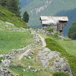 Beidseitig mit Steinmauern gesäumte, schöne Weganlage beim Wigguhüs.