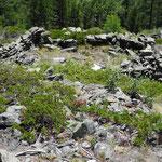 Eine pferchförmige Natursteinmauer.