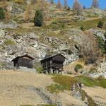 Wigguhüs: Neben dem hoch aufgebockten Stadel steht eine kleinere Stallscheune.