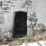 """Eingang erstes Wohngeschoss: rechts unten ein Chloritschiefer (Chloritfels) mit dem vermutlichen Wappen von Mutt (Zimmermannsaxt und Winkel), links oben eine Tafel, auf der sich die Bauherren in ungewöhnlicher Weise verewigten: """"peter / bertolme / hantz /"""
