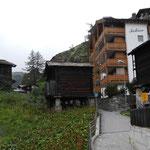 Am Siedlungsrand, erhöht über den alten Wohnhäusern, steht eine Gruppe von Vorratsbauten
