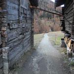 Situation am westlichen Dorfrand: Ein auf den ersten Blick unauffälliges Gädi am linken Wegrand war ein Wohnhaus…