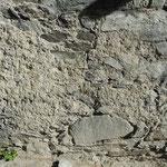 Der Mauersockel besteht aus Bruchsteinen (Natursteine, kein Zement) und als Verputz diente ein Kalkmörtel.