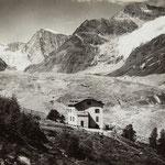 """Der vorrückende Zmuttgletscher, im Vordergrund die 1887 von Josef Marie Biner eröffnete """"Pension Staffelalp"""" (Sammlung René-Michael Biner, Zermatt)."""
