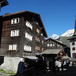 Im Verlaufe des 16. Jahrhunderts beginnt man, grössere Häuser zu konzipieren, im 17. / 18. Jahrhundert entstehen die für das Wallis bekannten, grossen Wohnhäuser, wie diese beiden Beispiele aus Zermatt zeigen.