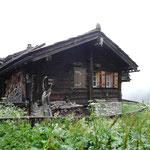 Einfacher ist ein Wohnhaus im Gebirge kaum zu machen: Das kleine Gebäude am Südrand des Weilers.