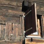 An der Schauseite des Hauses Inderbinen sind  drei Generationen verschiedener Fenster ersichtlich.