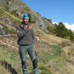 Viktor Perren hat in Zmutt einen verwachsenen Getreideacker wieder geöffnet und Winterroggen gesät (Fotos W.B. Oktober 2020).