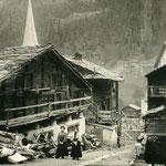 Mit Geländer. Aufnahme vor 1913, weil die alte Kirche noch steht.