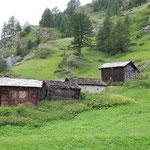 Stallscheune: Unten das Vieh, oben die Heuvorräte. Oft stehen Stallscheunen in Gruppen zusammen wie hier auf der vorderen Herbrig am Weg zwischen Zermatt und Zmutt.