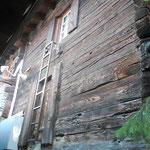 Südfassade mit ehemaliger Stuben- und Kammertür des um 90 Grad gedrehten Hauses.