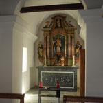 Beim neuen Altar 1820 lehnten sich die Künstler an die barocke Tradition an. Der Bildschnitzer ist unbekannt. Für den Fassmaler weist die silltypische, von 'Kieselsteinen durchsetzte Marmorierung' auf Franz Ritz (+1883). Die Marmorverkleidung des Altarunt