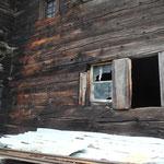 Hauptfassade mit ursprünglicher Befensterung und mit später leicht vergrösserten Öffnungen.