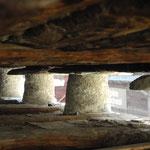 Um Holz zu sparen, fertigte man die Stadelbeine aus Steinen an und verputzte sie mit Kalkmörtel.