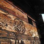 Der Verwitterungsgrad zeigt an, dass das glatte Holz aus dem Inneren des Wohnhauses schon lange ausgebaut worden war.