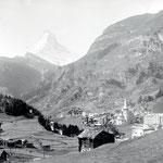 Zermatt vor 100 Jahren, im Hintergrund des Dorfes die Gegend unseres Kulturweges nach Zmutt. Bildarchiv René-Michael Biner.