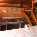 Wirtsstube mit Spillbord, darunter die zugetäfelte Stubentüre, rechts der neuere Specksteinofen.