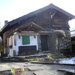 Den östlichen Abschluss des Dorfplatzes bildet, zusammen mit der Kapelle, heute ein Restaurant.