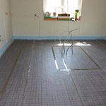 Die Heizungsrohre sollten wenn möglich nicht unter feststehenden Möbeln und anderen Objekten, wie zum Beispiel der Küche oder der Badewanne, verlaufen.
