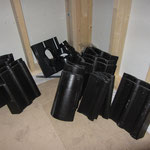 Die restlichen Dachziegel inklusive der Sonderziegel für die Dachentlüftung.