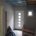 Das Erdgeschoss ist bis auf die Decke in der Diele fast fertig. Man beachte im Übrigen die formschöne Absturzsicherung für den Kellerabgang.